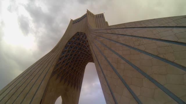 阿紮迪或自由塔在德黑蘭, 伊朗首都 - 德黑蘭 個影片檔及 b 捲影像