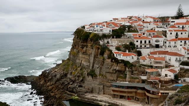 vídeos de stock e filmes b-roll de azenhas do mar, portugal coastal town. - lisboa