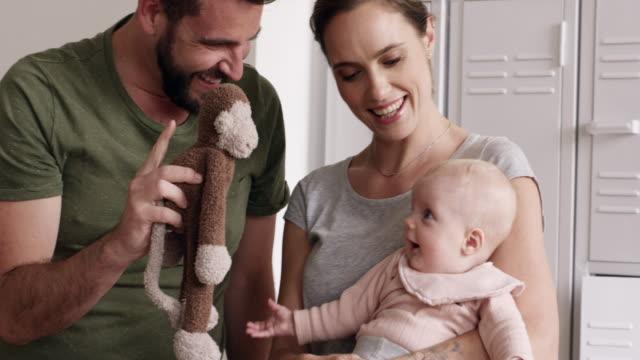赤ちゃんは幸せで家を埋める ビデオ