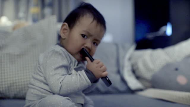 babies ruining smartphones - soltanto neonati video stock e b–roll