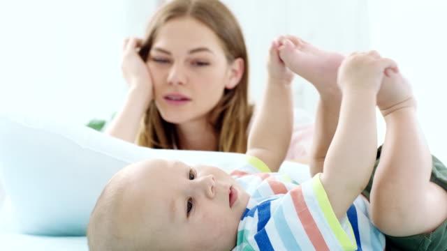 vídeos de stock e filmes b-roll de baby and a tired mother - dormitar