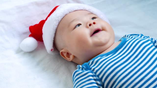 赤ちゃんとクリスマス満載 - サンタの帽子点の映像素材/bロール