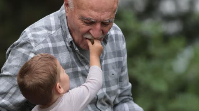 Bebé y su abuelo - vídeo