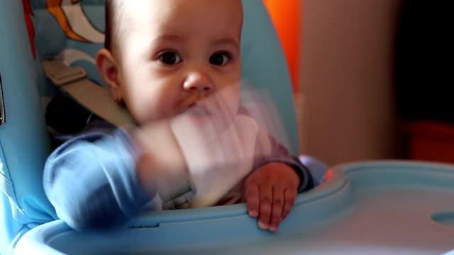 baby darauf wartet mahlzeit - vollzeit elternteil stock-videos und b-roll-filmmaterial