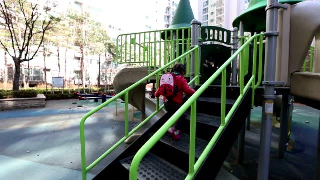 vidéos et rushes de bébé sur le terrain de jeu glidecam - ramper