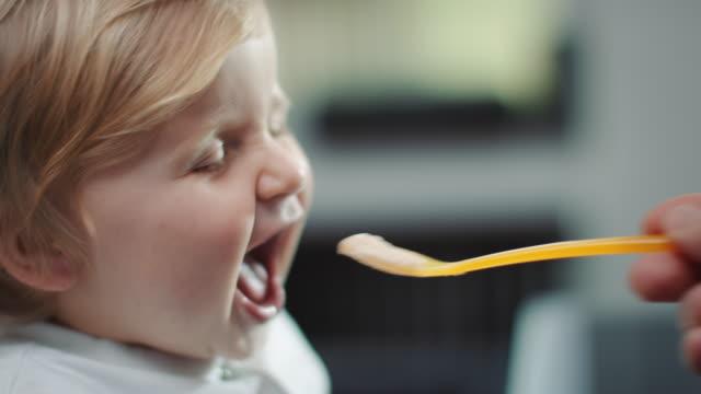 ребенок, подача от мать - кормить стоковые видео и кадры b-roll