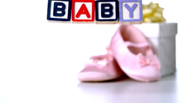 Babyschuhe fallen neben Baby-Blöcke und Geschenk – Video
