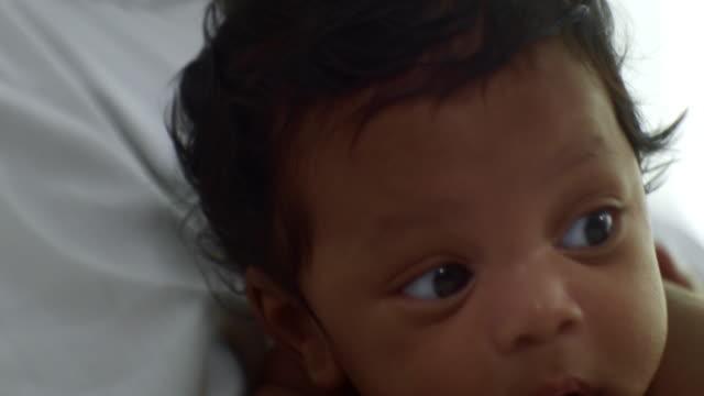 baby boy 2-5 months) - tułów filmów i materiałów b-roll