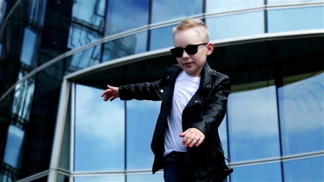 bébé 7 - 8 ans dans une veste en cuir noir dansant - Vidéo