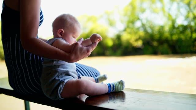 Baby und seine Mutter genießen auf der Schaukel – Video