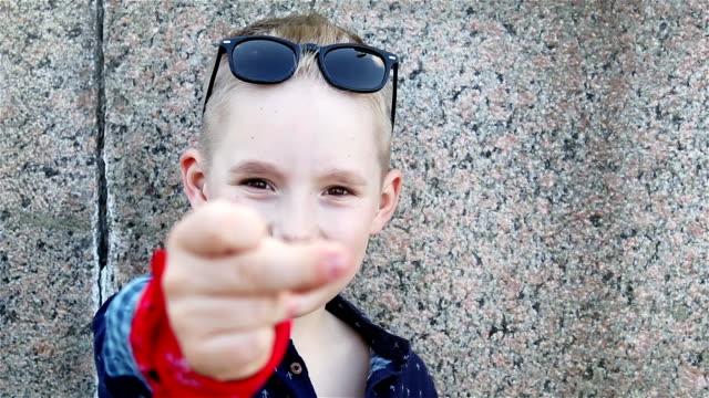 bébé blond 8 ans dans une chemise bleue - Vidéo