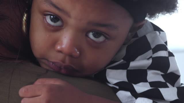 pojke gråta - enbarnsfamilj bildbanksvideor och videomaterial från bakom kulisserna