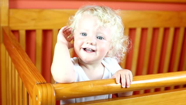 stockvideo's en b-roll-footage met baby boy in a crib - blond curly hair