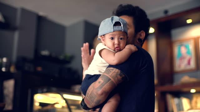 vídeos de stock, filmes e b-roll de menino nos braços do pai - criança pequena