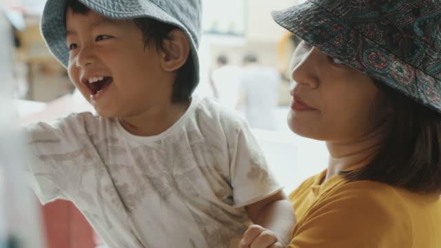 母の腕の中で男の赤ちゃん - アジア旅行点の映像素材/bロール