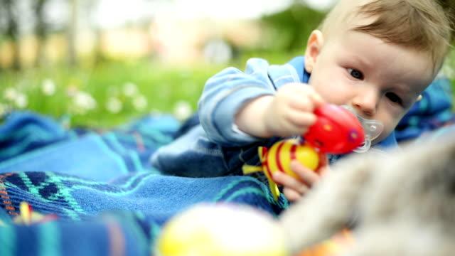 pojke i parken - ligga på mage bildbanksvideor och videomaterial från bakom kulisserna