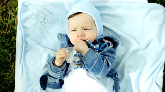 bambino nel parco - solo neonati maschi video stock e b–roll