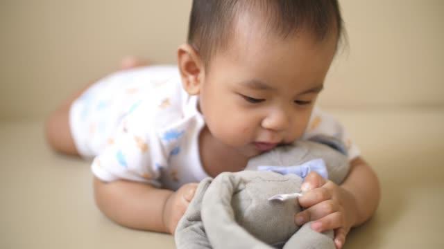 vídeos de stock e filmes b-roll de baby boy playing teddy bear - teddy bear