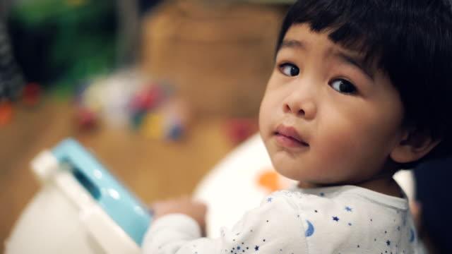 baby boy playing toys - solo neonati maschi video stock e b–roll