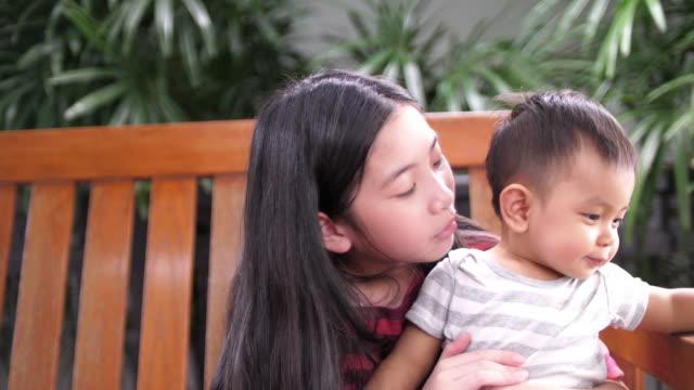 Niño jugando con su hermana mayor - vídeo