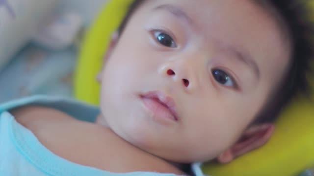 bambino che si rilassa sul letto - arto umano video stock e b–roll