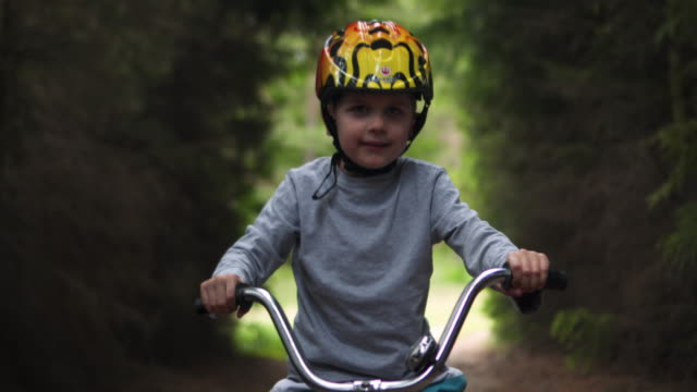 baby boy rides a bike - neonati maschi video stock e b–roll