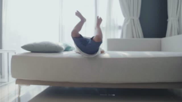 vídeos de stock, filmes e b-roll de bebé que funciona para casa. - criança pequena