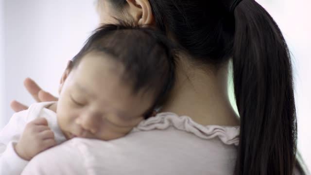 baby pojke sover i mammas armar - filippinskt ursprung bildbanksvideor och videomaterial från bakom kulisserna
