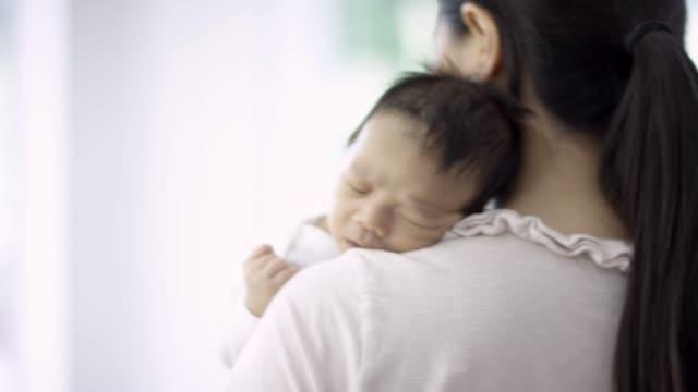 男嬰睡在媽媽的懷裡 - 菲律賓人 個影片檔及 b 捲影像
