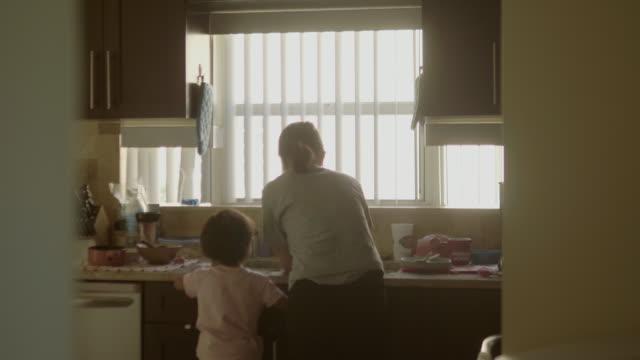 stockvideo's en b-roll-footage met baby jongen wassen hand - vrouw schoonmaken