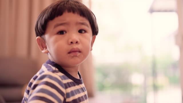 baby boy watching tv - neonati maschi video stock e b–roll