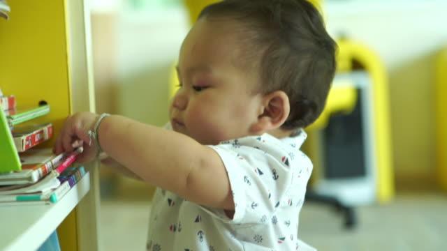 Os primeiros passos do menino, caminhe - vídeo