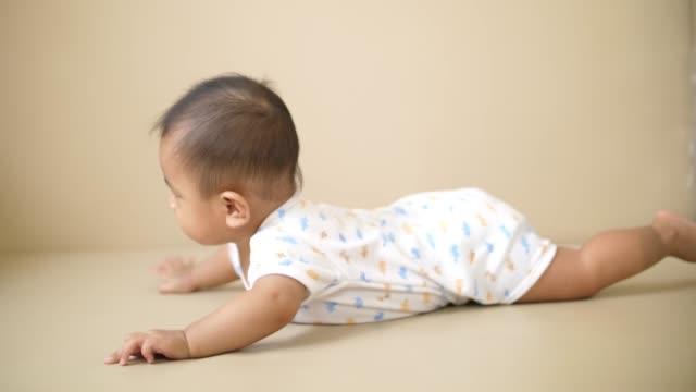 baby krypa och leka på golvet - ligga på mage bildbanksvideor och videomaterial från bakom kulisserna