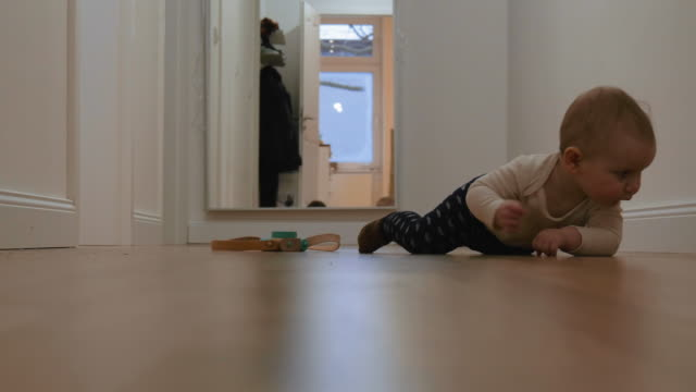 baby crawling on floor at home - soltanto neonati video stock e b–roll