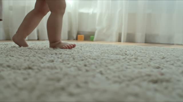 Bидео Baby Explore How to Walk