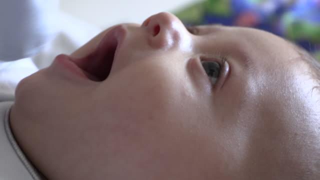 vidéos et rushes de plan rapproché de visage de chéri sentant la joie et heureux - 0 11 mois