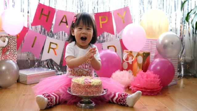 Babymädchen feiern ihren zweiten Geburtstag zu Hause – Video