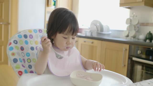 ヨーグルトを食べる女の赤ちゃん - おやつ点の映像素材/bロール