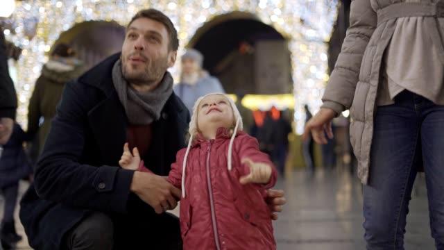 babymädchen genießen weihnachtsbeleuchtung - weihnachtsmarkt stock-videos und b-roll-filmmaterial