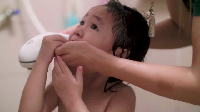 cu: 赤ちゃんの沐浴 - バス点の映像素材/bロール