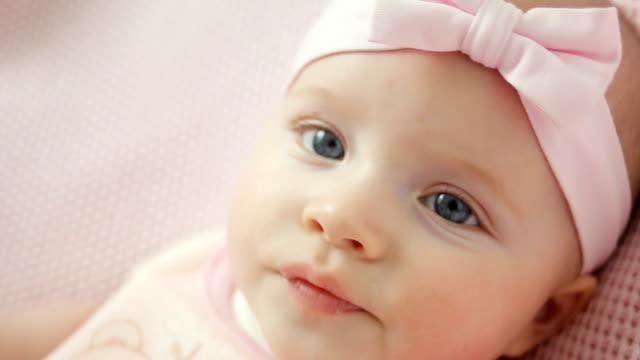 baby girl in white dress and headband - nastro per capelli video stock e b–roll