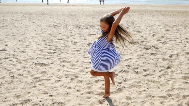 bébé fille est sur la plage - Vidéo