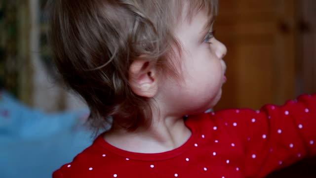 vídeos de stock e filmes b-roll de baby girl pointing to the right - apontar sinal manual