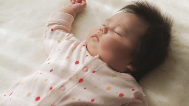 baby flicka sover hemma. - flickbaby bildbanksvideor och videomaterial från bakom kulisserna