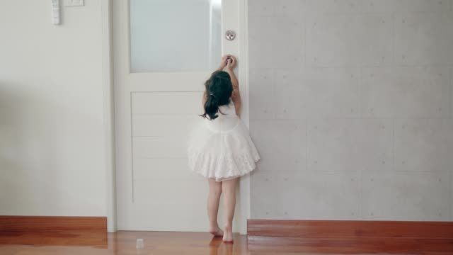 baby girl trying to open the door - 2 3 anni video stock e b–roll