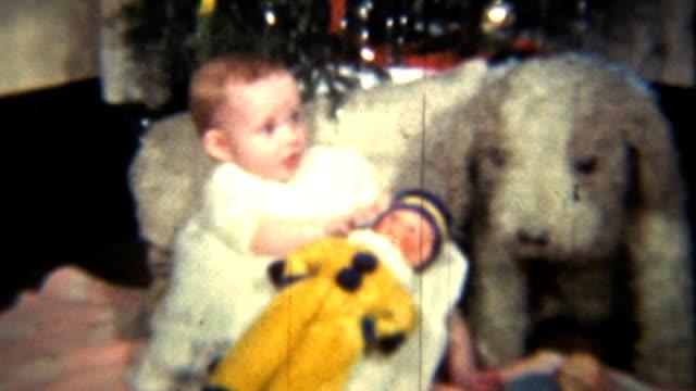 bambina sotto l'albero di natale vintage 8 mm (1939 - christmas movie video stock e b–roll