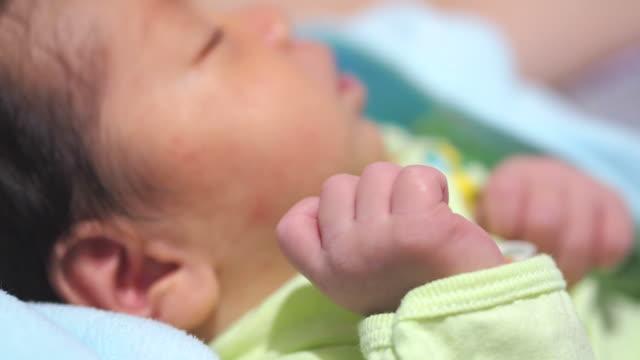 bambino mano close-up - solo neonati maschi video stock e b–roll
