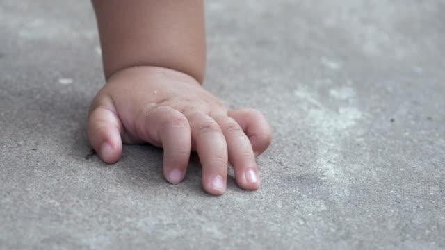 babyhand auf betonboden - menschlicher finger stock-videos und b-roll-filmmaterial