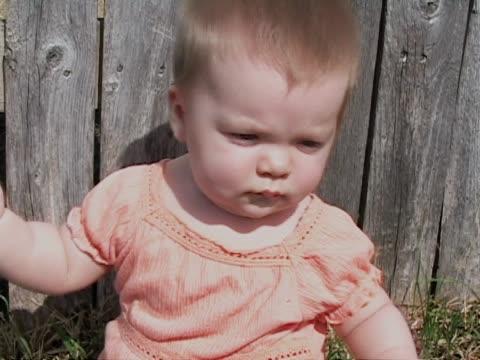 bambino in camicia arancione - abbigliamento da neonato video stock e b–roll