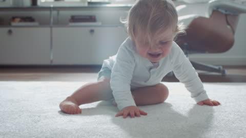 vídeos y material grabado en eventos de stock de bebé aprender a pie - caer